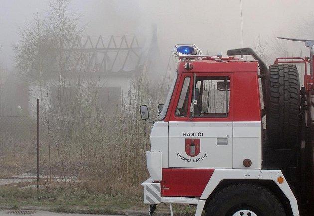 V neděli 17. dubna ráno plameny probudily lidi žijící v okolí chátrajícího a opuštěného areálu bývalé továrny na nábytek v Lomnici nad Lužnicí. Oheň způsobil škodu za 320 tisíc korun a částečně zasáhl i sousední stodolu a dům.