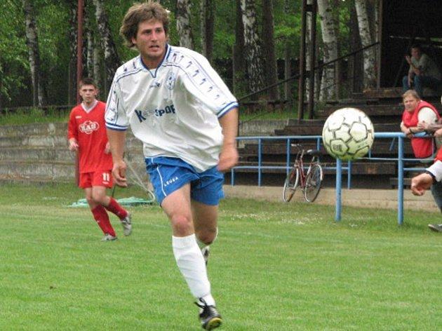 Ve fotbalové I. A třídě prohrál o záchranu bojující Suchdol na domácím trávníku s vedoucím béčkem Spartaku Sezimovo Ústí 0:3. Největší domácí příležitost ke vstřelení branky měl Jakub Záruba (na snímku), ale netrefil branku.