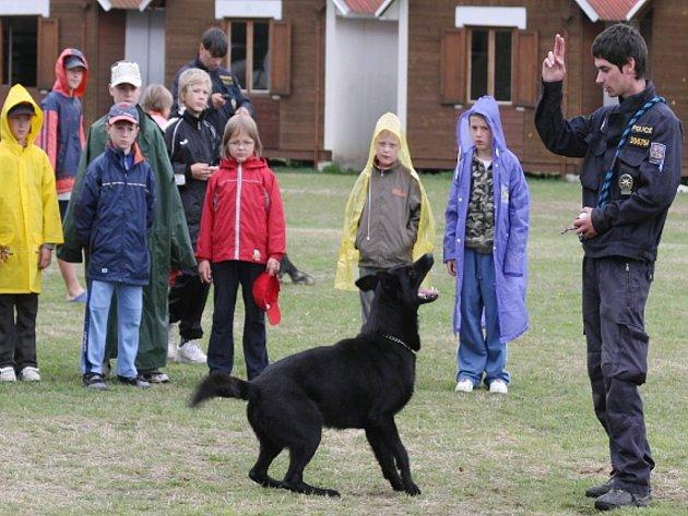 Policejní psovod Václav Ouška předvádí cvik štěkání na povel.