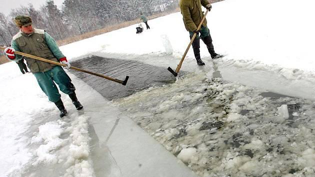Rybáři prosekávají led. Ilustrační foto.