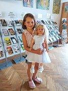 Anežka v doprovodu své maminky a babičky darovala do sbírky svou oblíbenou panenku.