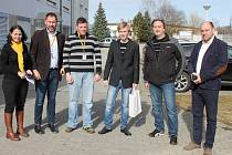 Dominik Uslejšek, vítěz soutěže žáků pořádané ve spolupráci firmy HUSKY-KTW s.r.o. a partnerské školy SOŠ a SOU J. Hradec, přebírá cenu - tablet.