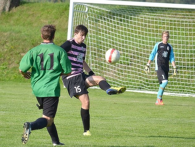Popelín doma podlehl Břilicím 0:3. Na snímku uklízí před soupeřem míč do bezpečí popelínský Dominik Kučera.