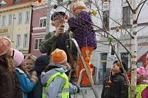 Na Třeboňském náměstí vyrostl nový strom - kraslicovník.