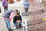 Velikonoční veselice v J. Hradci - stavění stromu kraslicovníku na náměstí Míru.