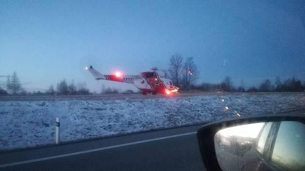 Kvůli srážce dvou aut u Stráže nad Nežárkou přistál i vrtulník letecké záchranné služby.