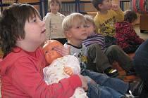 Děti z mateřinky se při návštěvě střední zdravotnické školy učily poznávat lidské tělo, poznaly péči o novorozence a opakovaly si dodržování základní hygieny.
