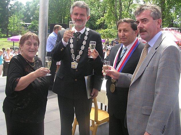 Na snímku jsou po podpisu smlouvy starostové Lomnice na Lužnicí Karel Zvánovec (druhý zprava) a vedle něho vlevo stojí starosta Diessen am Ammersee Herbert Kirsch.