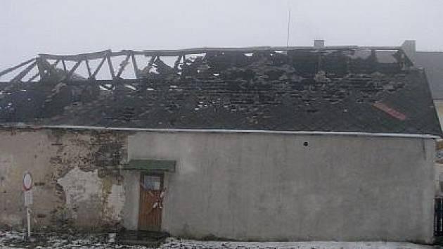 POŽÁR. Pohled na stodolu v Hůrkách, kterou zachvátily ničivé plameny. Podle policie byl požár založený úmyslně.