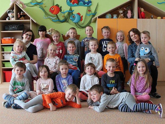 Ve druhé třídě odloučeného pracoviště 4.mateřské školy ve Sládkově ulici vJindřichově Hradci se omalé školáčky starají Jana Šojdelová a Michaela Deutschová.