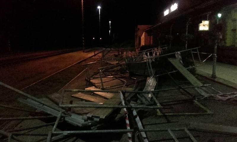 Následky bouřky na jihu Čech v noci z pátku na sobotu budou lidé ještě nějaký čas odstraňovat. Spadlé lešení na železniční stanici v Kardašově Řečici.