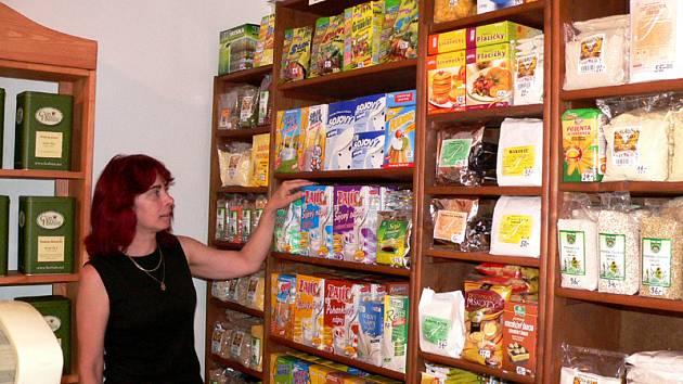 V prodejně zdravé výživy Miluše Pražákové (na snímku) v Jindřichově Hradci nakupují nejen lidé, kteří jsou nuceni držet nějakou dietu.