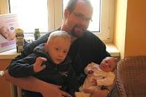 Eliška Brosch z Jindřichova Hradce se narodila 18. února 2014 v 8:11 hodin Janě Brosch Havlínové a Zbyňkovi Brosch. Na snímku se svým bráškou Zbyňkem.