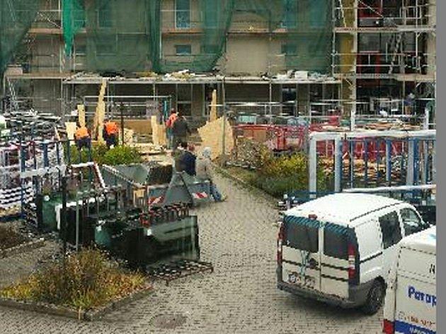Prakticky každodenní pohled na staveniště utřeboňského domu spečovatelskou službou.