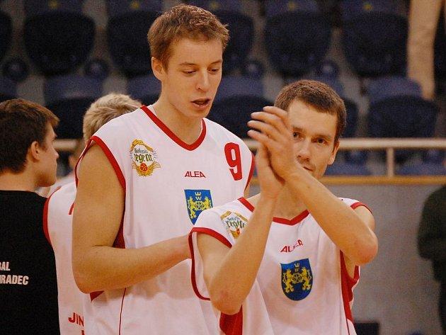 Basketbalisté BK Jindřichův Hradec o víkendu učinili výrazný krok směrem k postupu do play off první ligy. K cenným výhrám na Vyšehradě a v Benešově  velkou měrou přispěli i Vladimír Sismilich (vlevo) a Jiří Holanda.