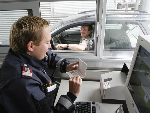 Na snímku je rakouský policista Martin Birklbauer na přechodu Dolní Dvořiště-Wullowitz.