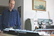 Petr Hýbek s modelem lodi na přepravu plynu.