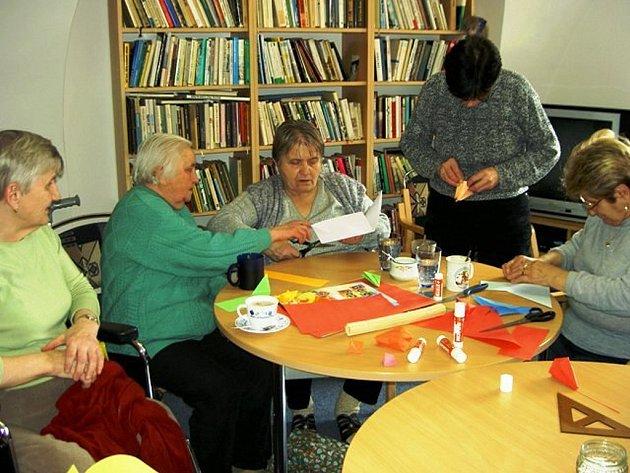 Senioři se mohou scházet v jindřichohradecké Mesadě, která sídlí v pečovatelském domě v Růžové ulici.