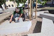 Akademický sochař Vladimír Krninský dokončuje práci na židovském pomníku, který zřídil spolek Zikaron na Zákosteleckém náměstí v Hradci.