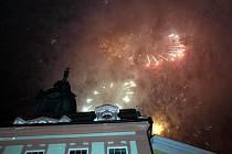 Novoroční ohňostroj na jindřichohradeckém náměstí Míru.