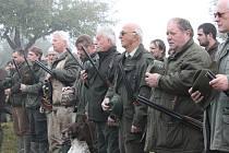 Policisté kontrolovali zbraně a potřebné dokumenty před honem, který pořádalo sdružení Vrška z Nové Včelnice.