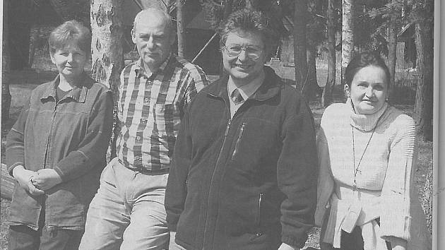 Vedení jindřichohradeckého Slovanu v roce 2005 na startu turistické sezony v chatovém táboře v Malém Ratmírově. Zleva: Božena Vlachová, Stanislav Beran, Zdeněk Turyna a Hana Pohnětalová.