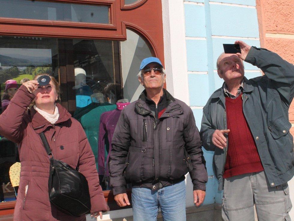 Lidé pozorovali zatmění Slunce i na jindřichohradeckém náměstí Míru.