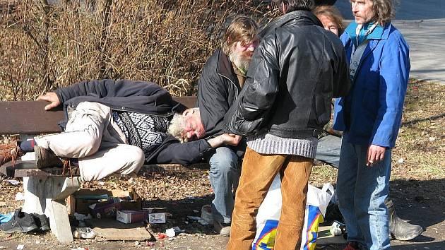 Bezdomovci lidem vadí. Oželeli by i lavičky - Karvinský a havířovský ... 1ee2e30c95