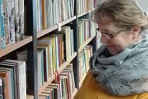 Marcela Božovská v lomnické knihovně.