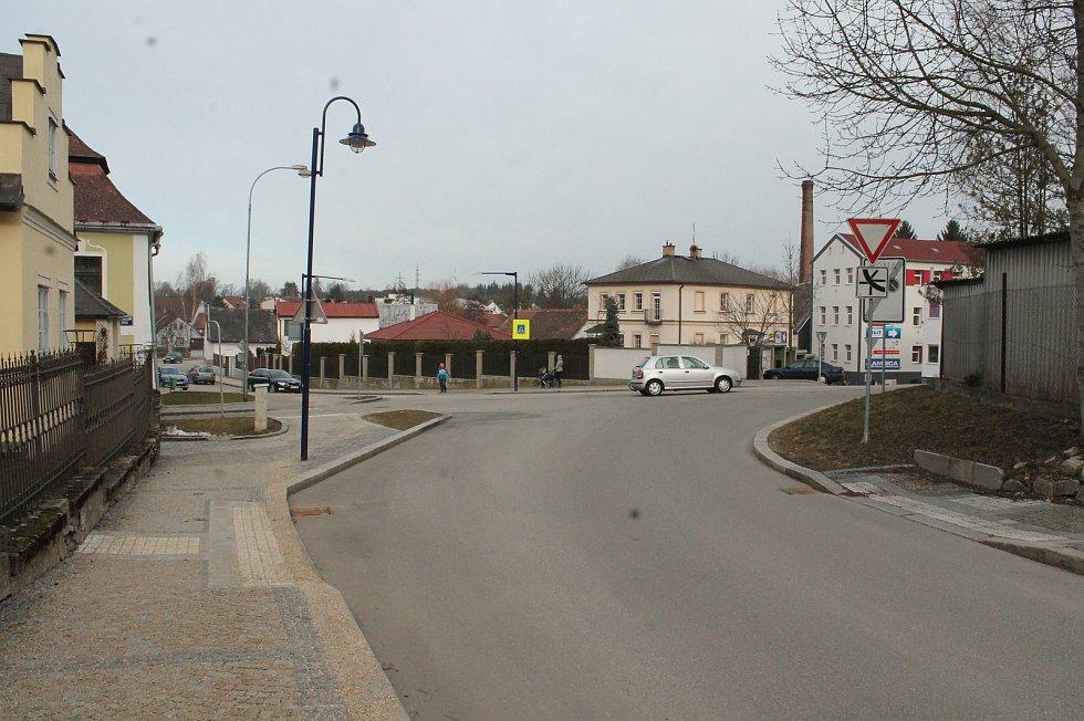 Pohled na křižovatku ulic Pražská, Gymnazijní a Miřiovského v Jindřichově Hradci.