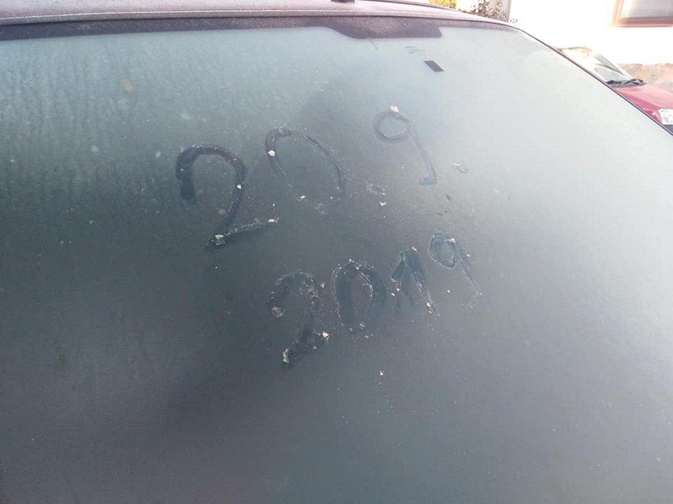 Podzim je tady. Řidiči v Jindřichově Hradci v pátek ráno již museli očistit namrzlá skla u aut.