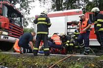KRUTOU DAŇ si vyžádala čtvrteční dopravní nehoda u Člunku, kde auto sjelo ze stráně a narazilo do stromu. Na snímku hasiči a zdravotníci ošetřují těžce zraněného řidiče před transportem vrtulníkem do nemocnice. Bohužel, spolujezdkyni již nebylo pomoci.