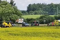 Nedaleko jindřichohradeckého letiště bourali motorkáři a osobní auto.
