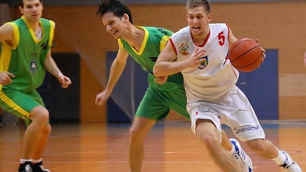 Utkání BK Jindřichův Hradec a VŠB Ostrava 1. března v Jindřichově Hradci. Na snímku   bojuje jindřichohradecký Ondrej Procházka (vpravo) s hostujícím Miroslavem Pacutem.