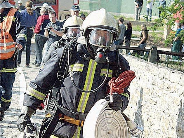 Na vodním zámku Červená Lhota se uskutečnilo taktické hasičské cvičení, které mělo prověřit možnosti zásahu v případě požáru.