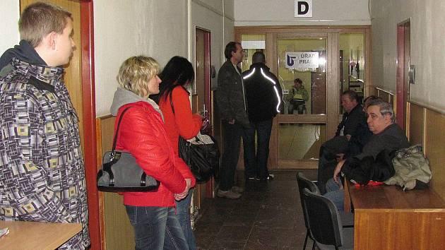 Na vyřízení nového občanského průkazu čekali hradečtí občané  na chodbě městského úřadu i několik hodin.