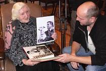 Vizitka zanechaná vedle hrobu svedla dohromady členy Klubu historie letectví s Julinkou Liškovou. Léta se odmítala podělit o své vzpomínky, letos udělala výjimku.