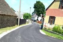 Nově opravená silnice ve Starém Hobzí.