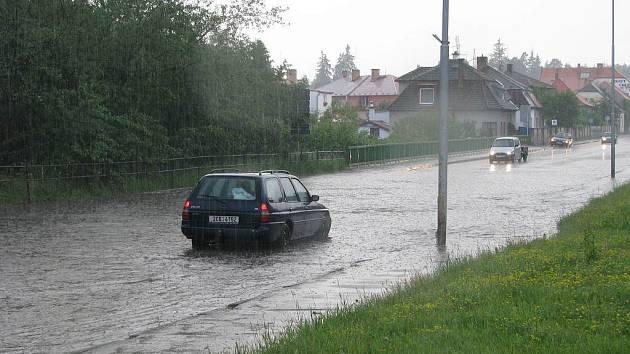 Silnice v Jindřichově Hradci u Agipu se při vydatném dešti  tradičně mení v jezero. .