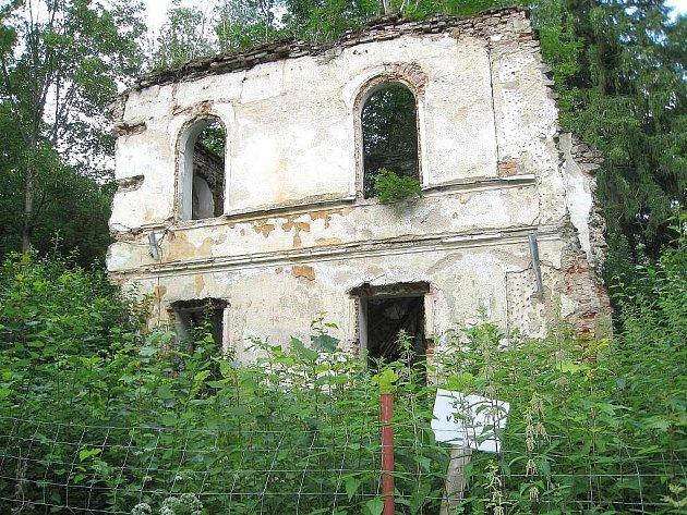 Ruina zámku v Maříži a zámecký park.