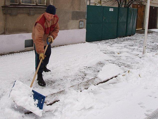 Nejen řidičům, ale i chodcům sněhové nadělení radost neudělalo. Před svým domem v Pravdově ulici v Jindřichově Hradci sníh odklízí Jaromír Švec.