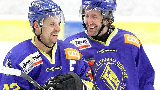 Útočníci hokejového Vajgaru J. Hradec Marek Dvořák (vlevo) a David Kupec.
