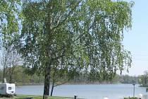 Pohled na Opatovický rybník  v Třeboni z autokempu u Schwarzenberské hrobky, kde se o víkendu utopil student.