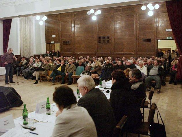 Bouřlivé jednání zastupitelstva v Dačicích o nemocnici.