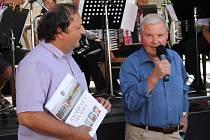 Knihu Pod střechami domů město vydalo v červenci roku 2013, a to u příležitosti oslav historického výročí první písemné zmínky o Hradci.