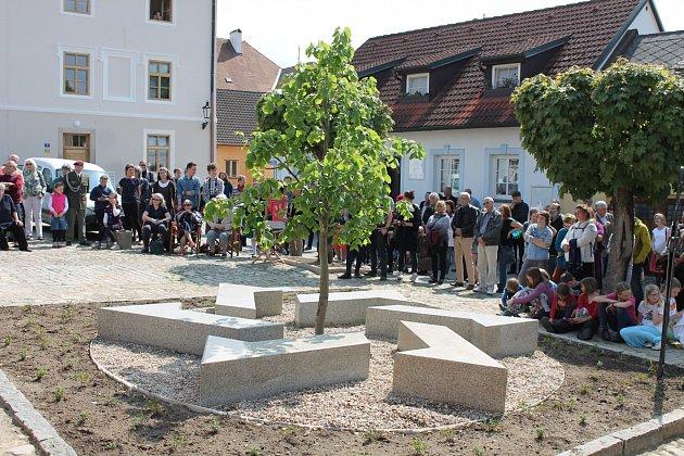 Židovský pomník si lidé poprvé prohlédli v neděli 21. května, přesně 75 let po transportu hradeckých Židů do Terezína.