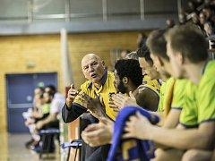KOUČ Rudolf Jugo udílí pokyny hráčům na střídače Fio basket.