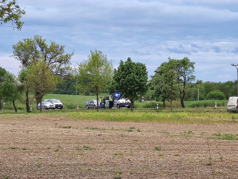 Střet tří aut 26. 5. 2021 mezi Jindřichovým Hradec a Děbolínem, kousek za odbočkou na letiště, si vyžádal jeden lidský život. .