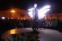 Obyvatelé Jindřichova Hradce poprvé spatřili anděla v sobotu v 17 hodin. Socha vytištěná na 3D tiskárnách se rozsvítila na Masarykově náměstí, kde zůstane po celou vánoční dobu.