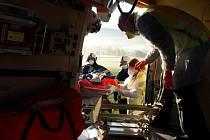 U Číměře na Jindřichohradecku auto po nehodě skončilo v poli. Zraněného řidiče odvezl vrtulník. foto HZS a Policie